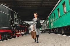 Flicka på plattformen av järnvägsstationen Arkivbild