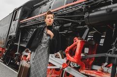 Flicka på plattformen av järnvägsstationen Royaltyfri Foto