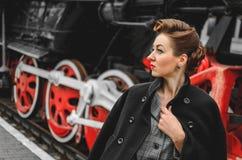 Flicka på plattformen av järnvägsstationen Arkivfoto