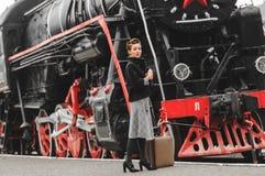Flicka på plattformen av järnvägsstationen Arkivbilder