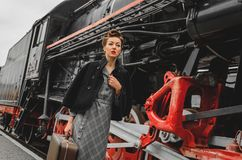 Flicka på plattformen av järnvägsstationen Royaltyfri Bild