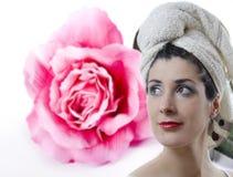 Flicka på Rose bakgrund Arkivfoto