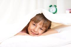 Flicka på säng Arkivbilder