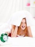 Flicka på säng Arkivfoto
