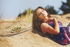 Flicka på sanden Arkivbilder