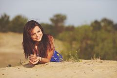 Flicka på sanden Arkivfoton