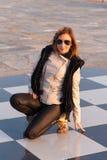 Flicka på schackbrädet Fotografering för Bildbyråer