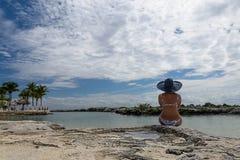 Flicka på semester på stranden Arkivfoto