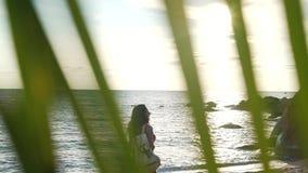 Flicka på semester vid havet med ryggsäcken stock video