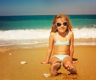 Flicka på semestrar på havet Royaltyfria Bilder