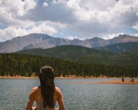 Flicka på sjön i berg royaltyfria foton