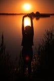 Flicka på sjön på solnedgången Arkivfoton