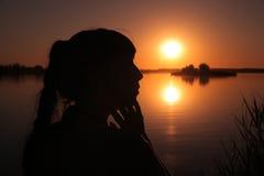 Flicka på sjön på solnedgången Royaltyfria Bilder