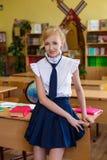 Flicka på skolaskrivbord arkivfoton