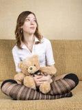 Flicka på soffan fotografering för bildbyråer