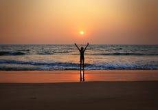 Flicka på solnedgången arkivfoto