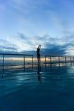 Flicka på solnedgången Arkivfoton