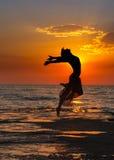 Flicka på solnedgången Fotografering för Bildbyråer