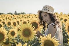 Flicka på solrosfältet Royaltyfria Bilder