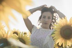 Flicka på solrosfältet Royaltyfri Foto