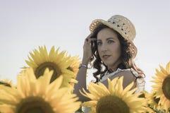 Flicka på solrosfältet Royaltyfri Fotografi