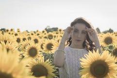 Flicka på solrosfältet Royaltyfri Bild