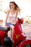 Flicka på sparkcykeln Royaltyfri Bild