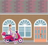 Flicka på sparkcykeln som stoppas av byggnaden Royaltyfria Bilder