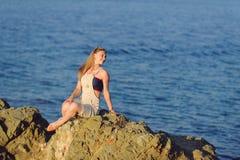 Flicka på stenen Royaltyfri Bild