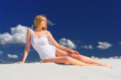 Flicka på stranden royaltyfri bild