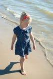 Flicka på stranden royaltyfri foto