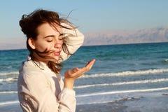 Flicka på stranden för dött hav Arkivfoton