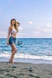 Flicka på stranden i Monterosso al Mare Italian riviera Havs- och bergsikt Cinqueterre Liguria Arkivbild