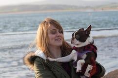 Flicka på stranden med Boston Terrier Royaltyfria Bilder