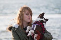 Flicka på stranden med Boston Terrier Arkivbilder