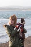 Flicka på stranden med Boston Terrier Royaltyfri Fotografi