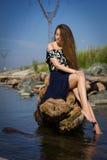 Flicka på stranden på journalerna Royaltyfri Foto