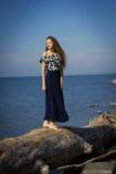 Flicka på stranden på journalerna Arkivbilder