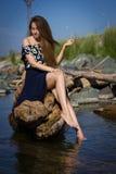 Flicka på stranden på journalerna Royaltyfri Fotografi