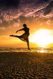 Flicka på stranden på solnedgångkontur-romantiker sommar arkivbilder