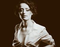 Flicka på studio över svart bakgrund Royaltyfri Fotografi