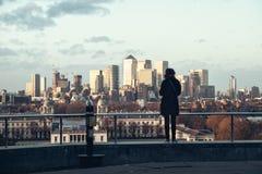 Flicka på synvinkel av London på den Greenwich kullen Arkivfoto