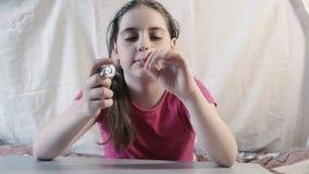 Flicka på tabellen som spelar en leksak arkivfilmer