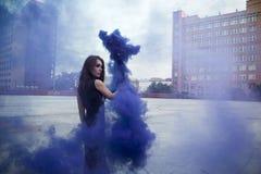 Flicka på taket och röken Fotografering för Bildbyråer