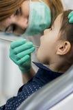 Flicka på tandläkaren Arkivfoton