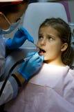 Flicka på tandläkaren. Royaltyfri Fotografi
