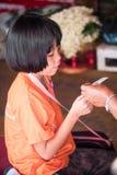 Flicka på templet i Thailand Fotografering för Bildbyråer
