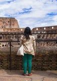 Flicka på utfärder på Colosseumen italy rome Royaltyfri Foto