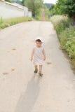 Flicka på vägen Royaltyfria Bilder