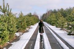 Flicka på vägen i vinter royaltyfri bild